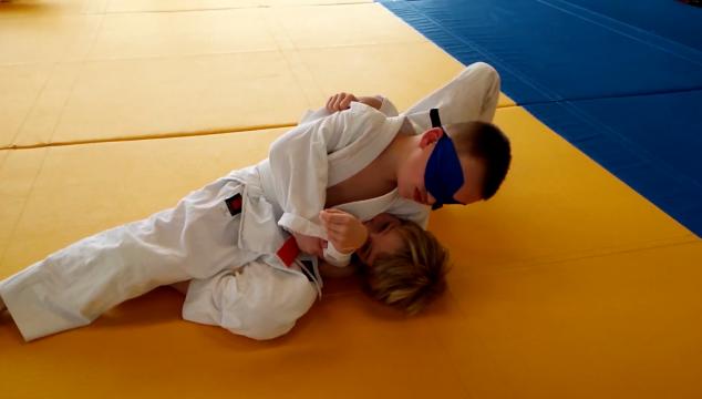Blind judo: de blinddoek lessen